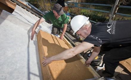 Mise en place panneau d'isolation sur un toit