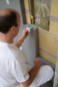 Le chevillage des plaques est réalisé à travers l'ancien système. Les nouvelles chevilles viennent s'ancrer dans le support, resolidarisant l'ancienne ITE par la même occasion. Photo: Sto
