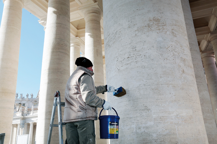 Application à la main et à la brosse du ProtectGuard sur chacune des colonnes. Photo: Guard Industrie
