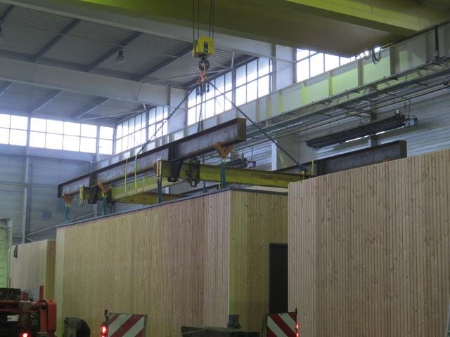 Le chargement des modules sur les camions s'effectue avec un pont roulant de 25tonnes. Photo: CMB