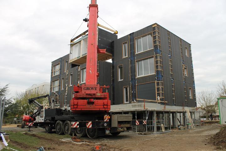 Le chantier de la résidence Gilarderie à Ancenis. La pose d'un module ne prend qu'une heure, travaux de préparation compris. Photos: CMB