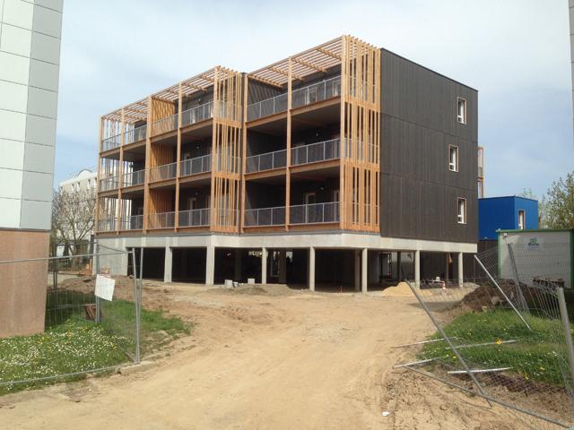 Le montage des modules a été suivi par la réalisation des parties communes et l'installation des balcons. Photo: Tetrarc