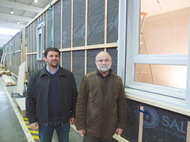 Julien Millet, directeur de la production, et Patrice Millet, dirigeant de CMB: «Fin2014-début2015, le modulaire constituait jusqu'à 70% de la production de notre entreprise.» Photo: W.S.