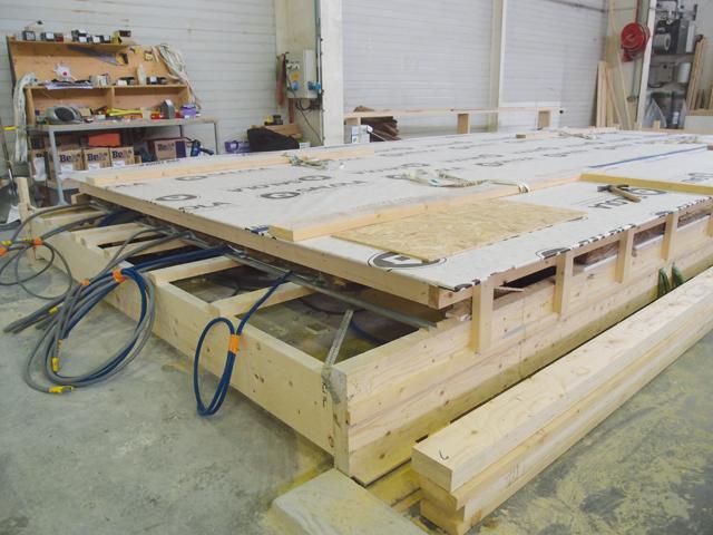 Les gaines techniques sont installées à l'intérieur du panneau de toiture. Photo: W.S.