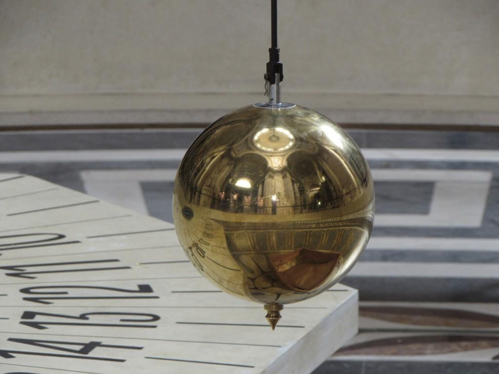 La sphère pèse 28 kilogrammes. Elle est recouverte d'une dorure de 24 carats.