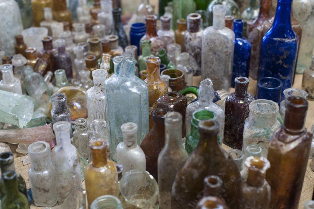 Objets du quotidien (pharmacie, cosmétiques, parfums, boissons etc.) datés du début du XXe - © Alban Horry, Inrap