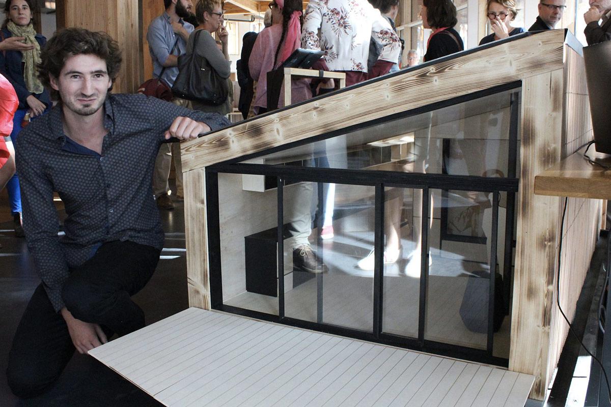 cedric-jenin-devant-la-maquette-wood-stock-lors-de-la-remise-du-prix-special-du-jury-mini-maousse-6_15-sept-2016