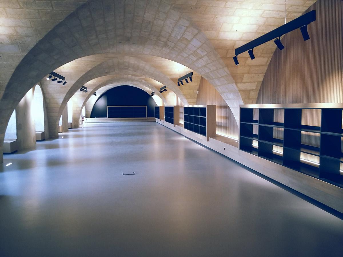 600 m2 de béton ciré dans un ancien monastère en Gironde