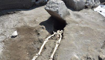 squelette bloc de pierre pompei