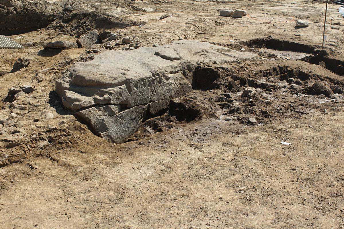Découverte d'une dalle de pierre sculptée avant l'aménagement d'un lotissement