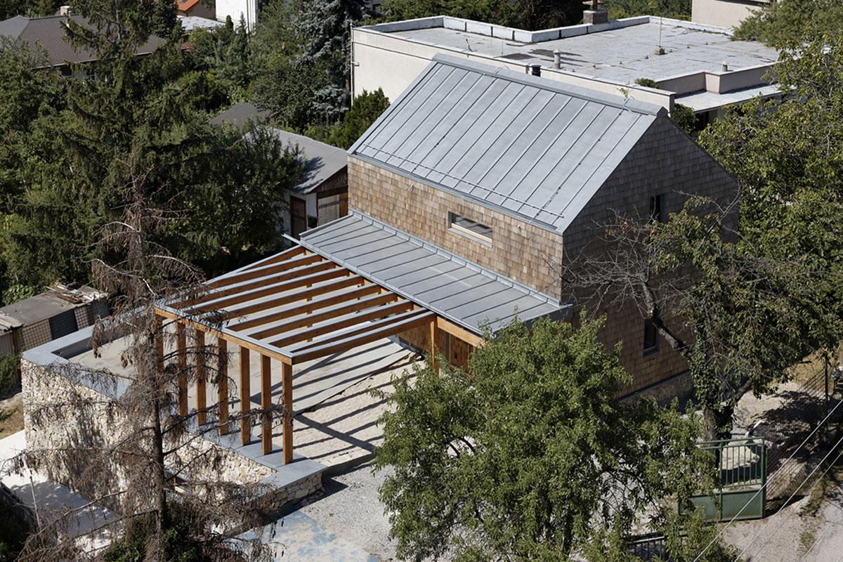 Zinc-titane pour souligner l'harmonie de matériaux naturels d'une maison familiale